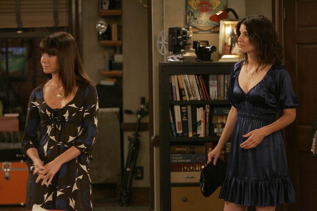 Während Lily (Alyson Hannigan, l.), Barney und Marshall Ted am Telefon unterstützen, macht sich Robin (Cobie Smulders, r.) zu einem Abendessen mit d... - Bildquelle: 20th Century Fox International Television