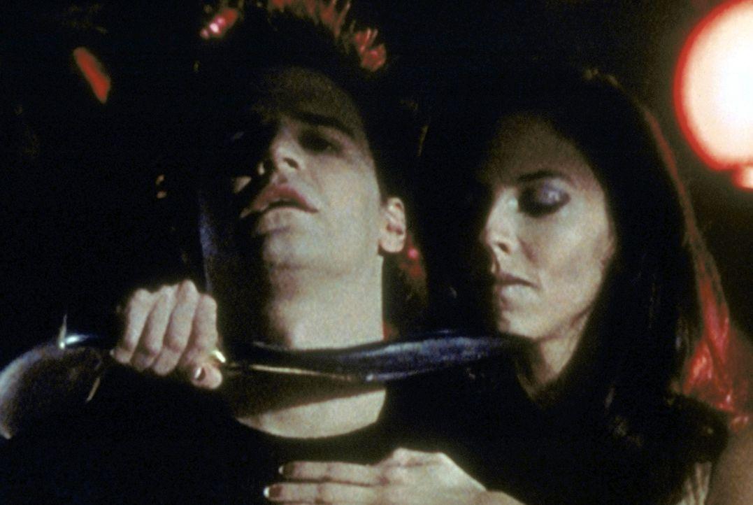 Drusilla (Juliet Landau, r.) hat Angel (David Boreanaz, l.) in ihrer Gewalt - allerdings nur im Traum. - Bildquelle: TM +   2000 Twentieth Century Fox Film Corporation. All Rights Reserved.