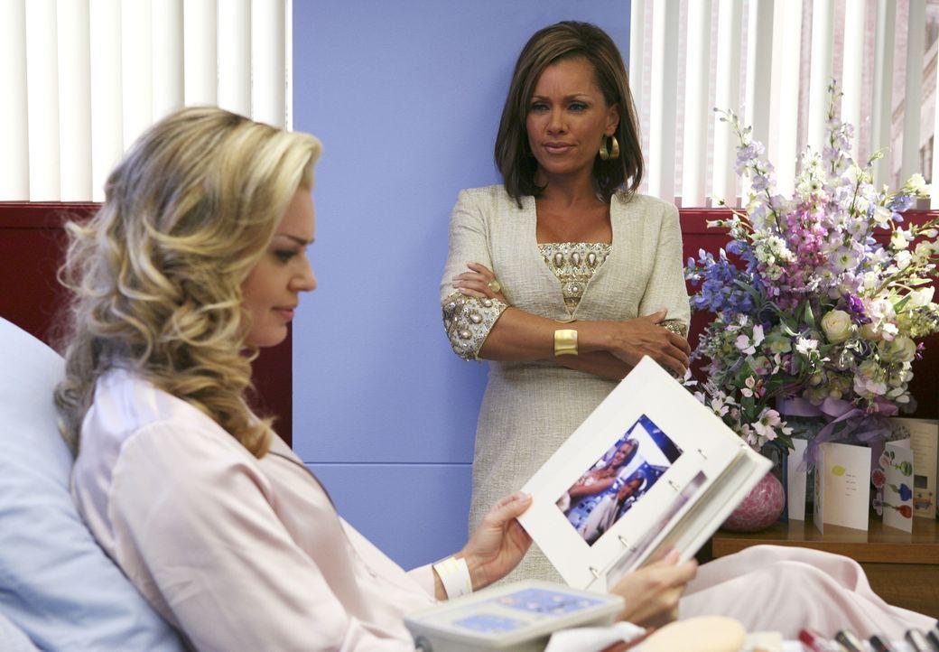 Wilhelmina (Vanessa Williams, r.) ist überglücklich, dass Alexis (Rebecca Romijn, l.) seit ihrem Unfall unter partiellem Gedächtnisverlust leidet ..... - Bildquelle: Buena Vista International Television