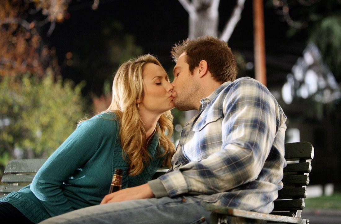 Die Hemmschwelle ist überschritten: Eddie (Geoff Stults, r.) und Rory (Stacy Keibler, l.) ... - Bildquelle: ABC Studios