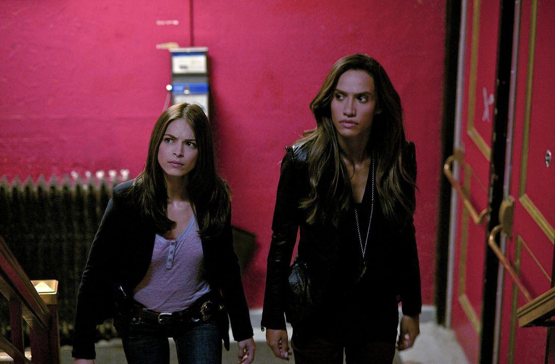 Als eine aufstrebende Tänzerin stirbt, beginnen Cat (Kristin Kreuk, l.) und Tess (Nina Lisandrello, r.) mit den Ermittlungen und finden heraus, dass... - Bildquelle: 2012 The CW Network, LLC. All rights reserved.