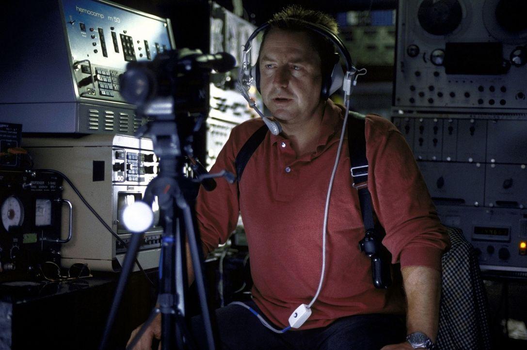 Jockel (Martin Semmelrogge) wird im Computernetz fündig ... - Bildquelle: T. Landgräber ProSieben