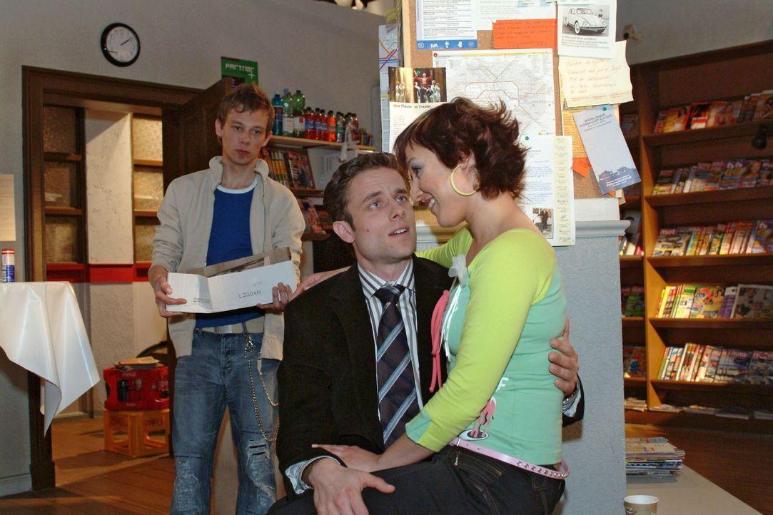 """Vor Jürgens (Oliver Bokern, l.) missmutigem Blick kommen Yvonne (Bärbel Schleker, r.) und Max (Alexander Sternberg, M.) mal wieder """"zur Sache"""". - Bildquelle: Sat.1"""
