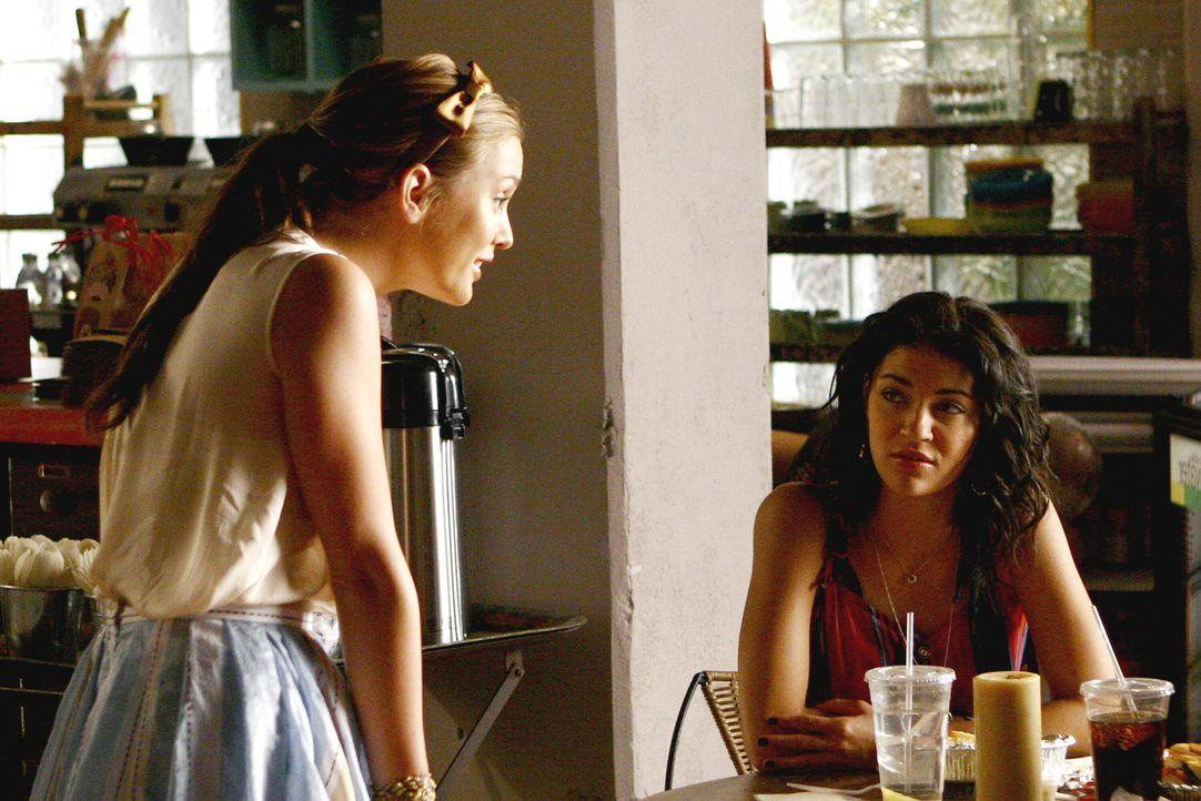 Krisensitzung: Blair (Leighton Meester, l.) und Vanessa (Jessica Szohr, r.) haben ein Problem mit Catherine - Stiefmutter von Marcus und Nates Affär... - Bildquelle: Warner Brothers