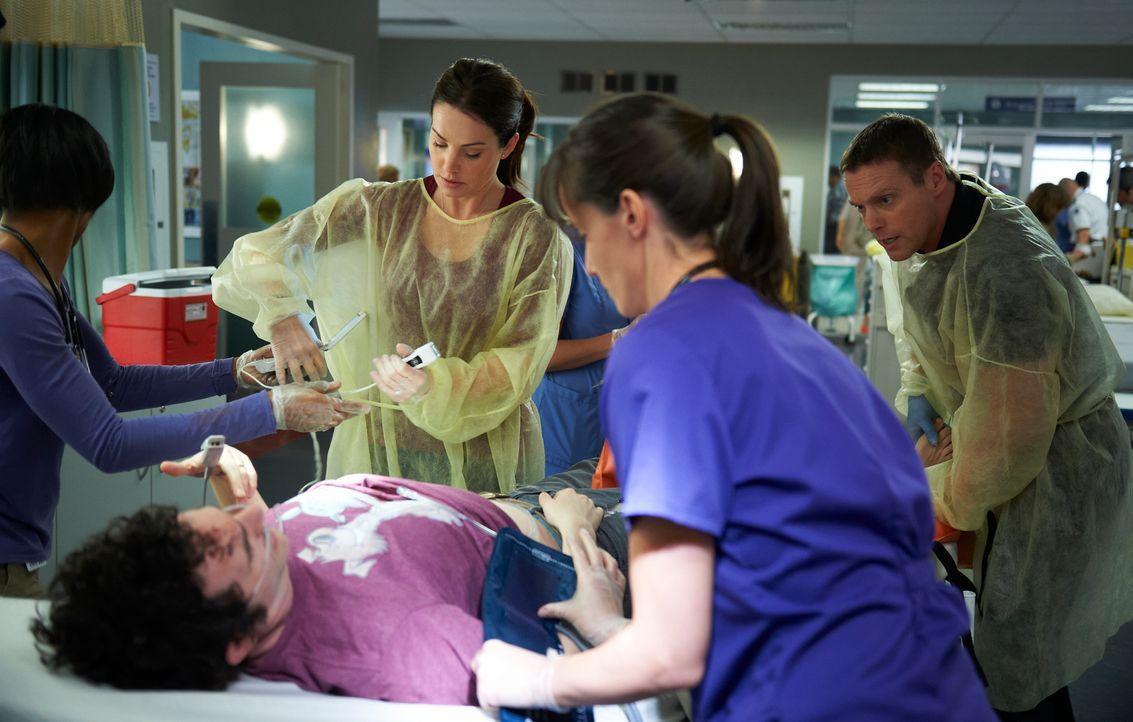 Als Alex (Erica Durance l.) und Charlie (Michael Shanks, r.) ihre erste gemeinsame Schicht haben, erkennt Charlie, dass sich für ihn vor dem Koma ei... - Bildquelle: 2012  Hope Zee One Inc.