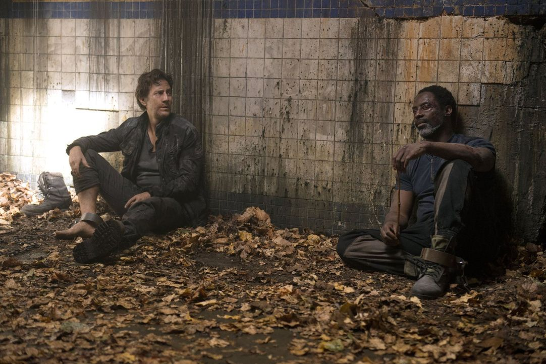 Werden Kane (Henry Ian Cusick, l.) und Jaha (Isaiah Washington, r.) überleben oder lassen die Grounder die beiden in dem alten Bahnhof einfach verro... - Bildquelle: 2014 Warner Brothers