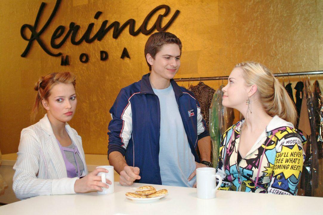 Hannah (Laura Osswald, l.) kann Timos (Matthias Dietrich, M.) und Kims (Lara-Isabelle Rentinck, r.) Geturtel nicht mehr mit ansehen ... - Bildquelle: Sat.1