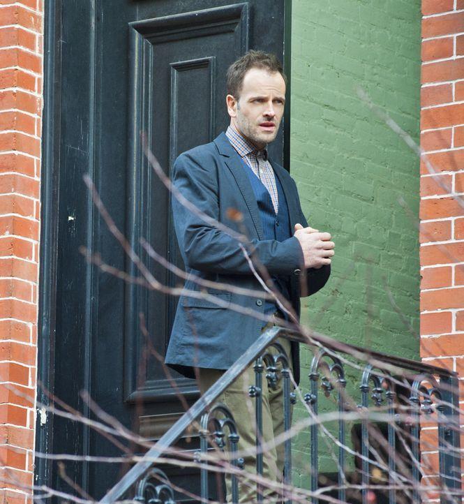Während seiner Beurlaubung durch das NYPD ermittelt Sherlock (Jonny Lee Miller) in einem verdächtigen Fall von Fahrerflucht ... - Bildquelle: CBS Television