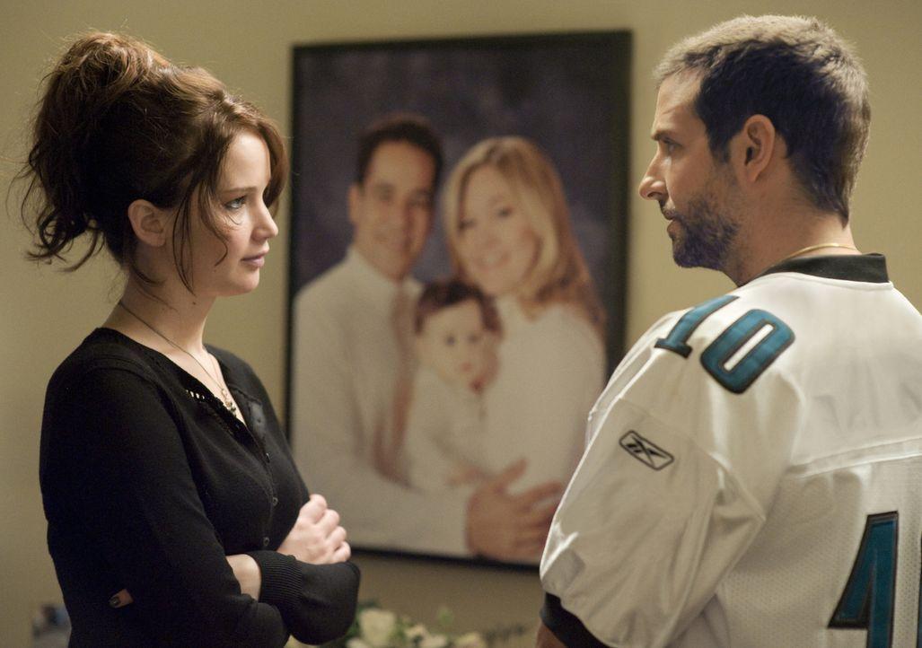 Während eines Abendessens bei seinem Freund lernt Pat (Bradley Coope, r.r) die emotional instabile Tiffany (Jennifer Lawrence, l.) kennen, die sich... - Bildquelle: 2012 The Weinstein Company.