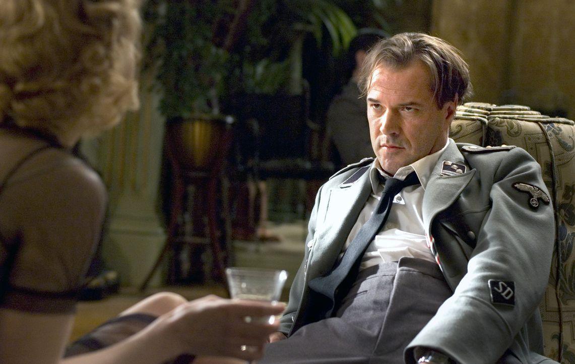 Bereits nach kurzer Zeit verliert der SS-Offizier Ludwig Müntze (Sebastian Koch, r.) sein Herz an Ellis (Carice van Houten, l.), obwohl ihm klar is... - Bildquelle: Egoli Tossell Film AG