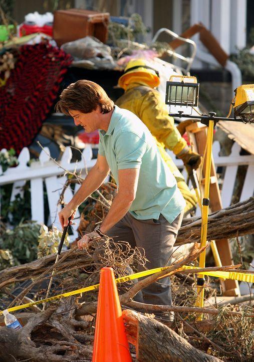 Der Tornado hat große Schäden hinterlassen. Orson (Kyle MacLachlan) versucht, letzte brauchbare Reste aus den Trümmern zu fischen ... - Bildquelle: ABC Studios