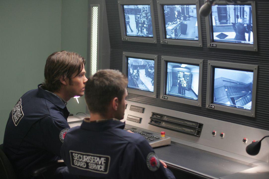Sam (Jared Padalecki, l.) und Dean (Jensen Ackles, r.) Winchester untersuchen eine mysteriöse Serie von Raubüberfällen ... - Bildquelle: Warner Bros. Television