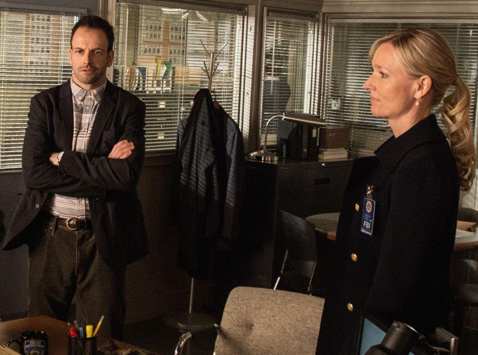 Während der Ermittlungen sieht sich Sherlock Holmes (Jonny Lee Miller, l.) dazu gezwungen, mit der FBI-Profilerin Kathryn Drummond (Kari Matchett, r... - Bildquelle: CBS Television