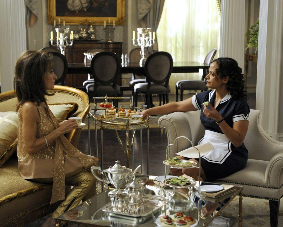 Genevieve (Susan Lucci, l.) hat einen ganz besonderen Vorschlag für Zoila (Judy Reyes, r.), während Evelyn Rosie erpresst, um mehr Zeit mit dem klei... - Bildquelle: ABC Studios