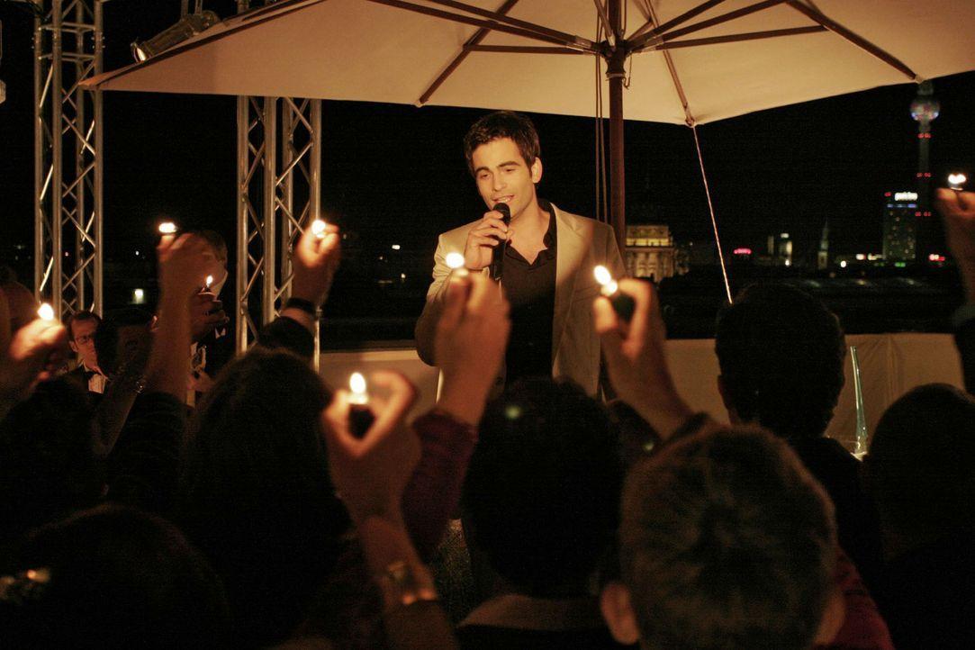 David (Mathis Künzler) singt ein ganz besonderes Lied für Lisa ... - Bildquelle: Noreen Flynn Sat.1