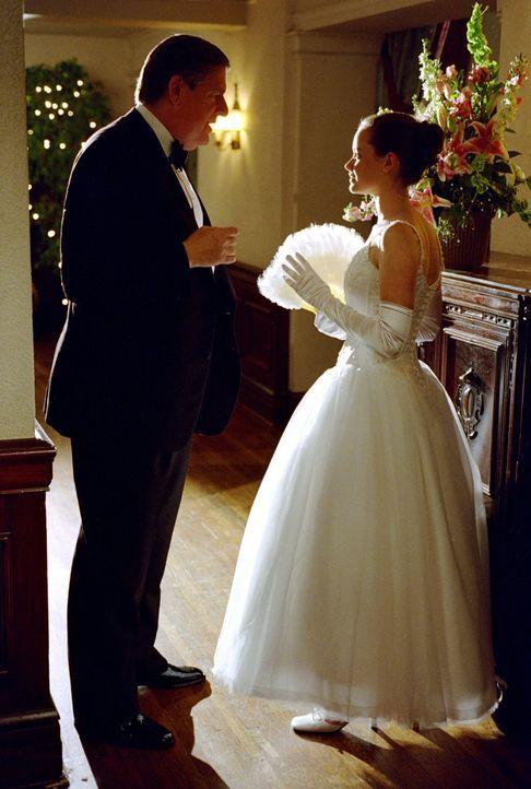 Während sich Rory (Alexis Bledel, r.) mit dem Debütantinnenball und der damit verbundenen Rückkehr ihres Vaters auseinandersetzen muss, sorgen Richa... - Bildquelle: 2001 Warner Bros. Entertainment, Inc.