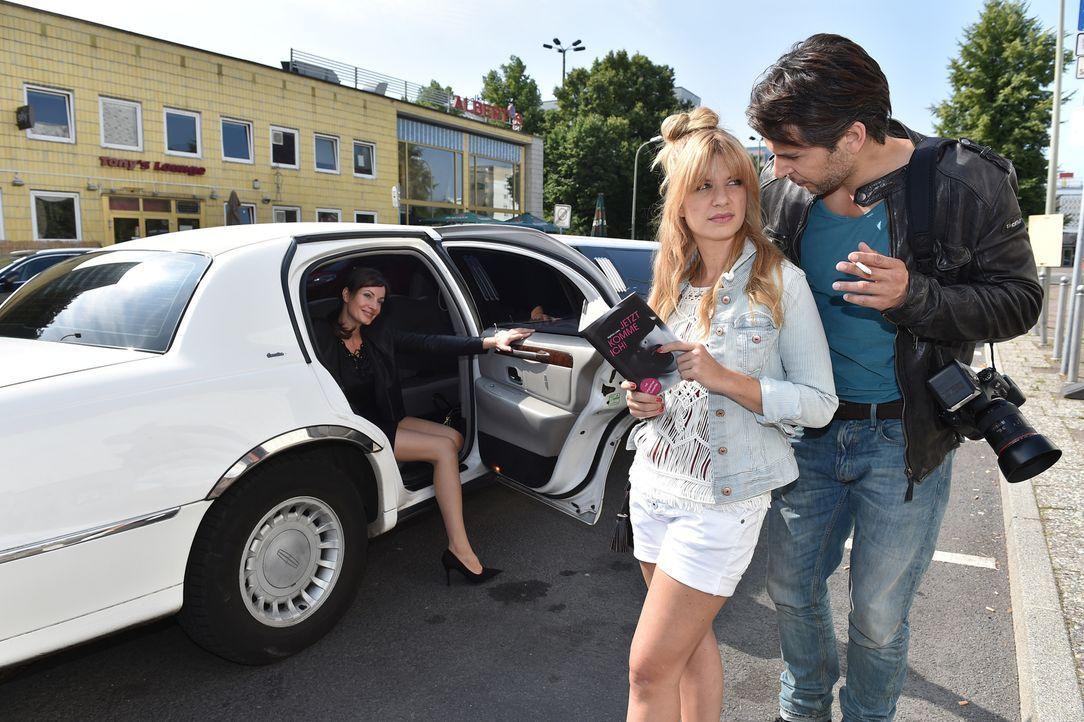 Mila (Susan Sideropoulos, M.) hat sichtlich Probleme, das Interview mit der sehr offenherzigen Sex-Expertin Karina Love (Dagny Dewath, l.) zu führen... - Bildquelle: Andre Kowalski  SAT.1