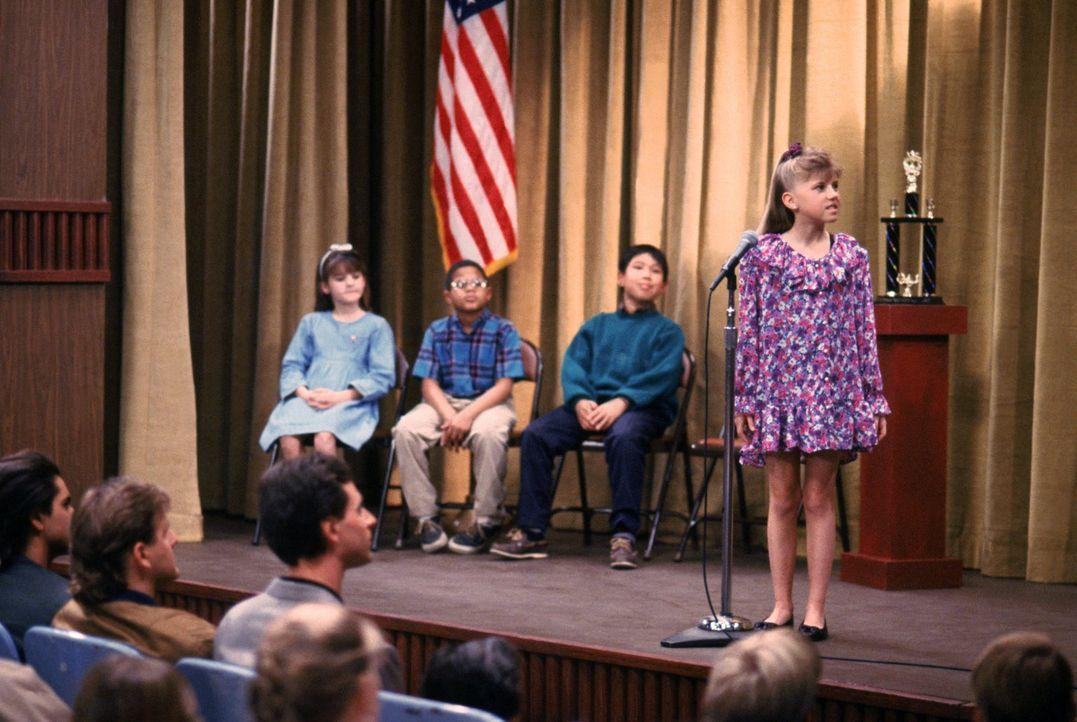 Stephanie (Jodie Sweetin, r.) nimmt an einem Buchstabierwettbewerb an ihrer Schule teil - mit mäßigem Erfolg ... - Bildquelle: Warner Brothers Inc.