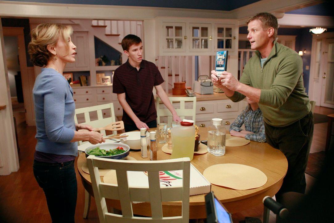 Während sich Gabrielle Sorgen um Carlos macht, der aus der Entzugsklinik verschwunden ist, versuchen Lynette (Felicity Huffman, l.) und Tom (Doug Sa... - Bildquelle: ABC Studios