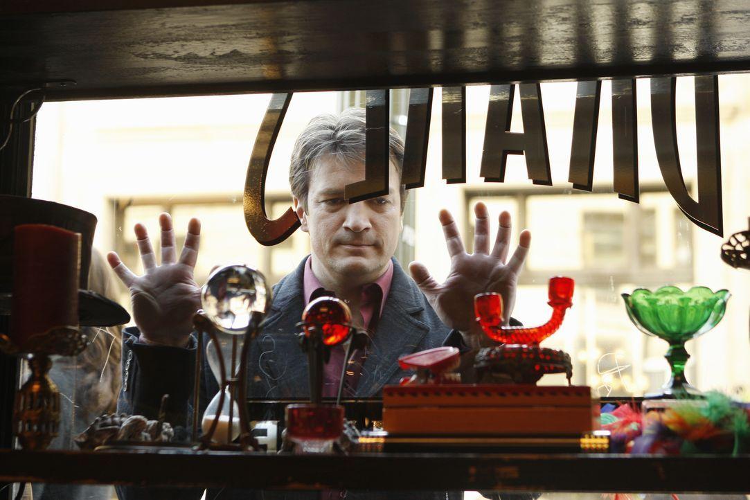 In einem Zauberladen wird der Magier Zalman Drake tot aufgefunden. Richard Castle (Nathan Fillion) sieht sich den Tatort genauer an. - Bildquelle: 2010 American Broadcasting Companies, Inc. All rights reserved.