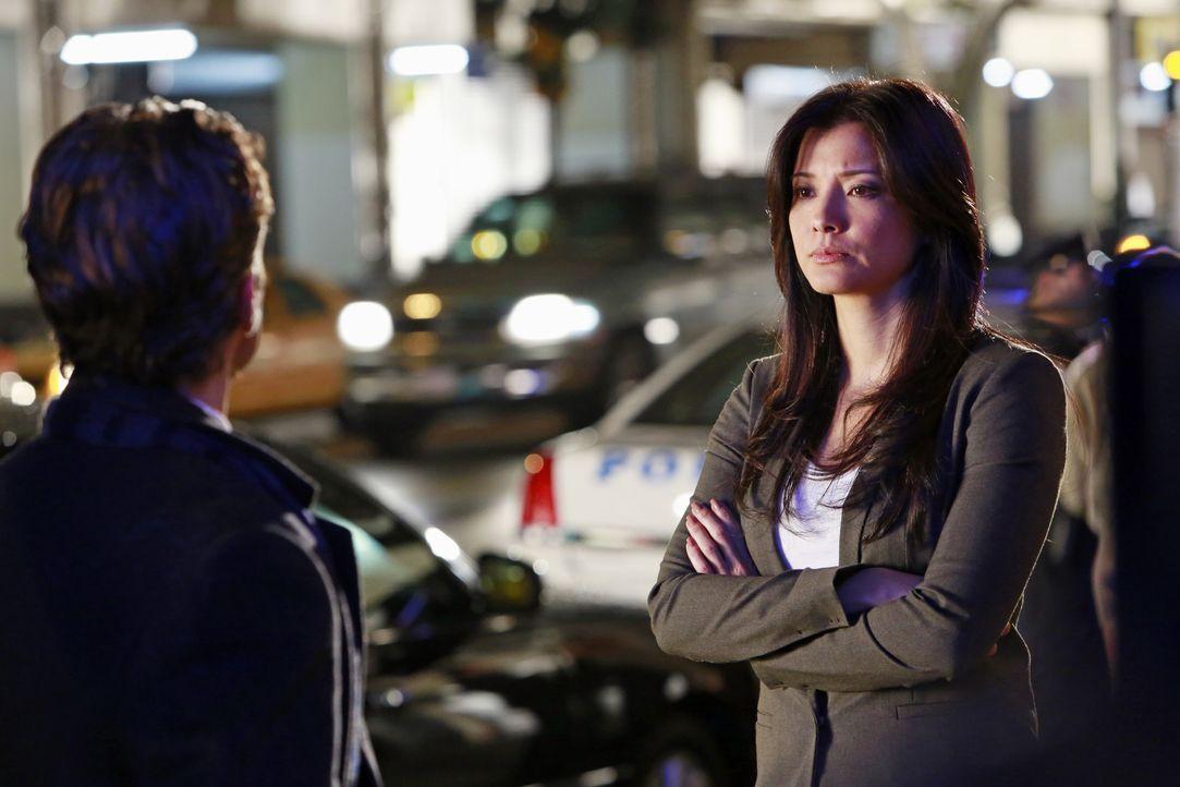 Weiß Scarlet Jones (Kelly Hu , r.) mehr über den Mord an Beau Randolph als sie zugibt? Kevin Ryan (Seamus Dever, l.) fühlt ihr auf den Zahn ... - Bildquelle: 2012 American Broadcasting Companies, Inc. All rights reserved.