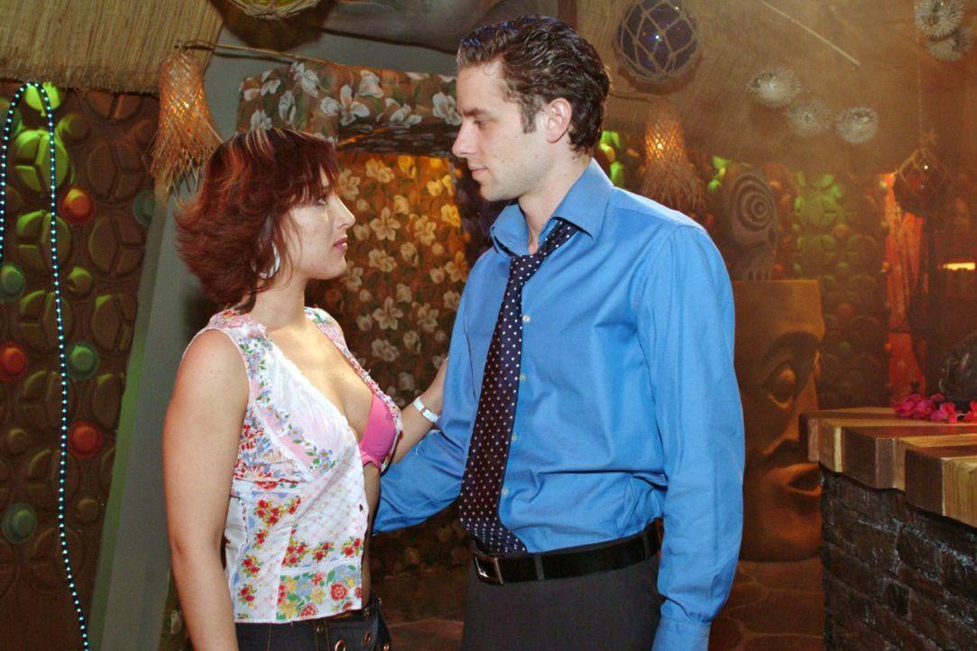 Max (Alexander Sternberg, r.) kann Yvonnes (Bärbel Schleker, l.) Reizen nicht mehr widerstehen ... - Bildquelle: Sat.1