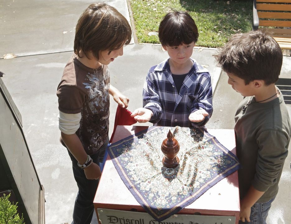 Riley (Milo Manheim, l.) und Gus (Aramis Knight, r.) ahnen nicht, dass sich Aiden (Connor Gibbs, M.) bei seinen Zaubertricks den Diensten seiner Gei... - Bildquelle: ABC Studios