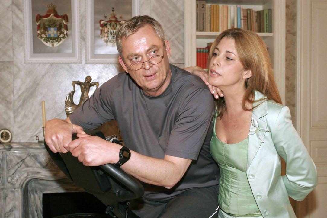 Laura (Olivia Pascal, r.) entgeht nicht, dass Friedrich (Wilhelm Manske, l.) dringend eine Beschäftigung braucht. - Bildquelle: Noreen Flynn SAT.1 / Noreen Flynn