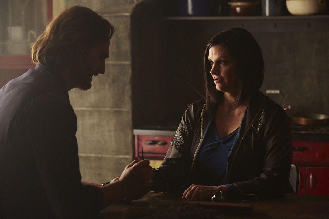 Als Ruth (Tammy Isbell, r.) sich dazu entscheidet, dunkle Magie anzuwenden, bringt sie Jeremy (Greg Bryk, l.) noch zusätzlich in Gefahr ... - Bildquelle: 2015 She-Wolf Season 2 Productions Inc.