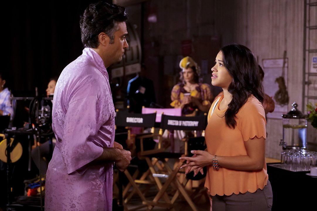 Während Xo glaubt, dass Rogelio (Jaime Camil, l.) ihr einen Antrag macht, träumt Jane (Gina Rodriguez, r.) von ihrem Professor ... - Bildquelle: Greg Gayne 2015 The CW Network, LLC. All rights reserved.