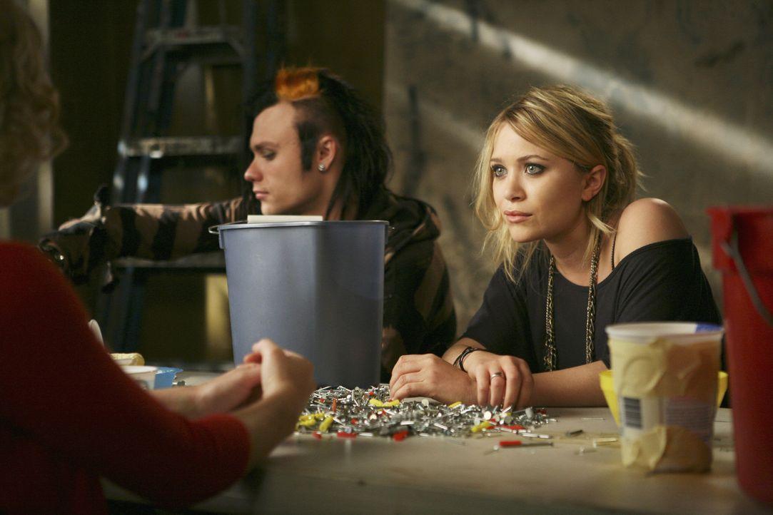 Samantha muss gemeinnützige Arbeit ableisten. Beim Nägelsortieren trifft sie Natalie (Mary-Kate Olsen) und erkennt sofort, dass sie ihr helfen mus... - Bildquelle: American Broadcasting Companies, Inc. All rights reserved.