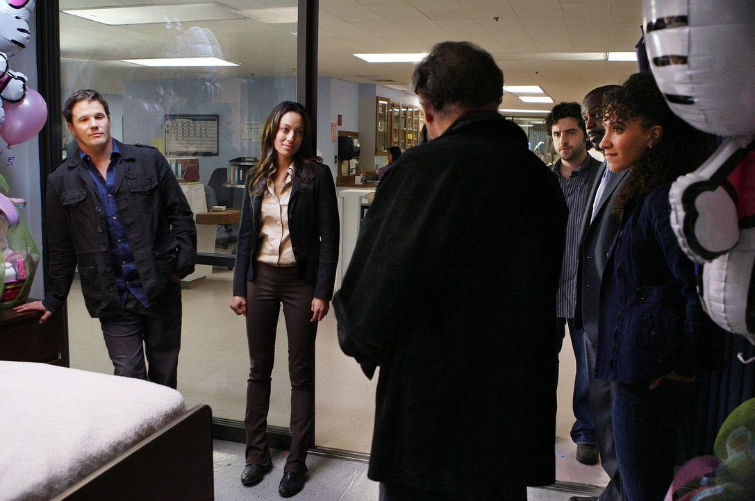 Freuen sich, dass es Don wieder besser geht: Colby (Dylan Bruno, l.), Liz (Aya Sumika, 2.v.l.), Alan (Judd Hirsch, 3.v.l.), Charlie (David Krumholtz... - Bildquelle: Paramount Network Television