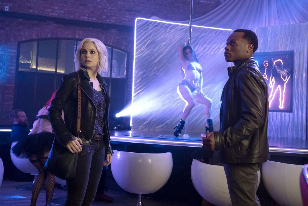 Liv (Rose McIver, l.) und Clive (Malcolm Goodwin, r.) ermitteln in einem Mord an einer Stripperin, die über einige Männer von Mister Boss auspacken... - Bildquelle: 2014 Warner Brothers