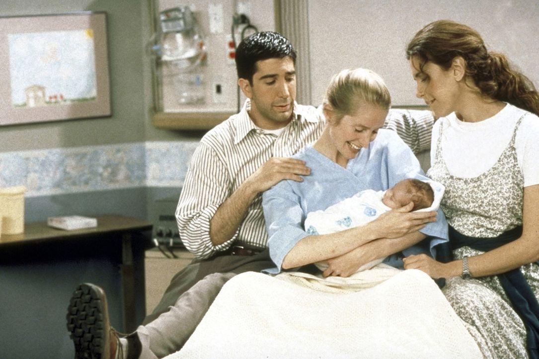 Die stolzen Eltern Ross (David Schwimmer, l.) und Carol (Jane Sibbett, M.) begutachten ihren Sprössling. - Bildquelle: TM+  2000 WARNER BROS.