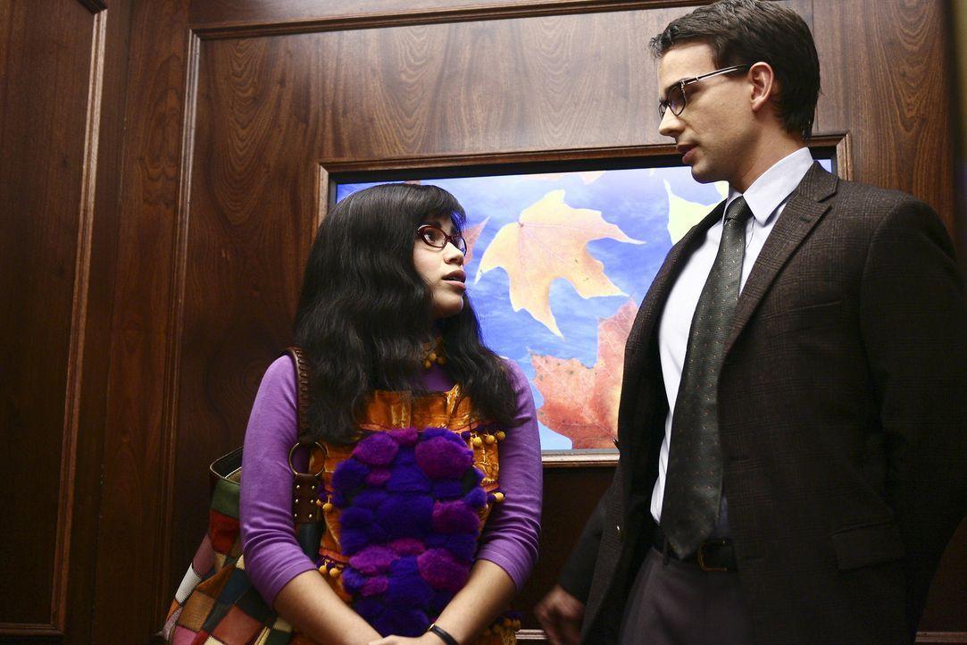 Henry (Christopher Gorham, r.), ein Kollege von Betty (America Ferrera, l.), möchte unbedingt mit ihr ausgehen. Doch sie hat ein schlechtes Gewissen... - Bildquelle: Buena Vista International Television