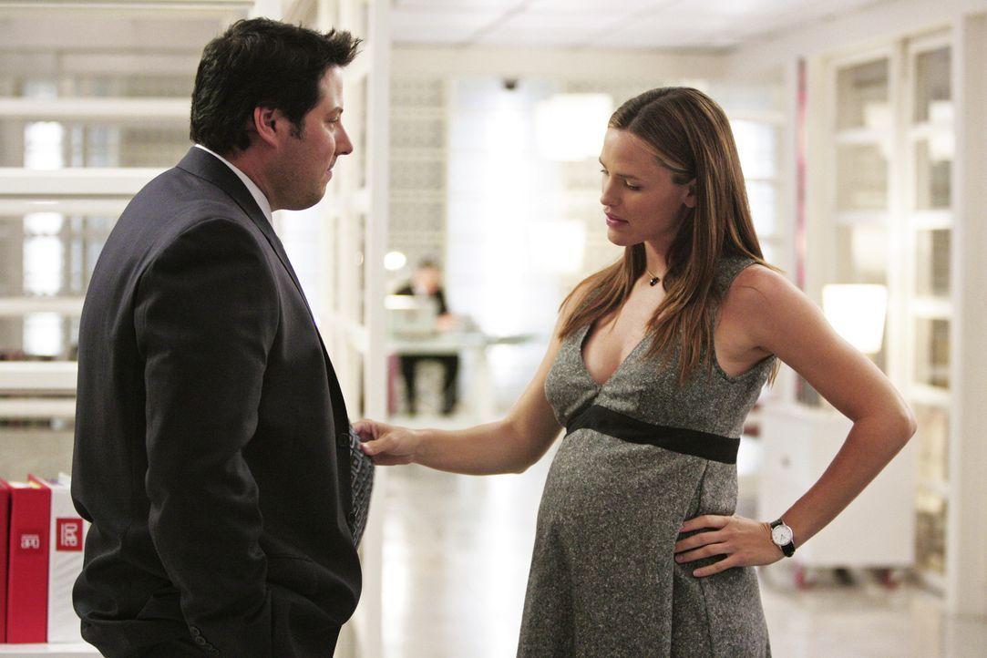 Sydney (Jennifer Garner, r.) ist traurig darüber, dass Weiss (Greg Grunberg, l.) nach seiner Beförderung nach Washington wechseln wird ... - Bildquelle: Touchstone Television
