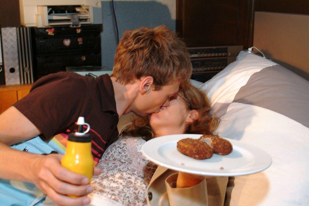 Völlig unverhofft zieht Jürgen (Oliver Bokern, l.) Lisa (Alexandra Neldel, r.) an sich und küsst sie ... (Dieses Foto von Alexandra Neldel darf nur... - Bildquelle: Monika Schürle SAT.1 / Monika Schürle