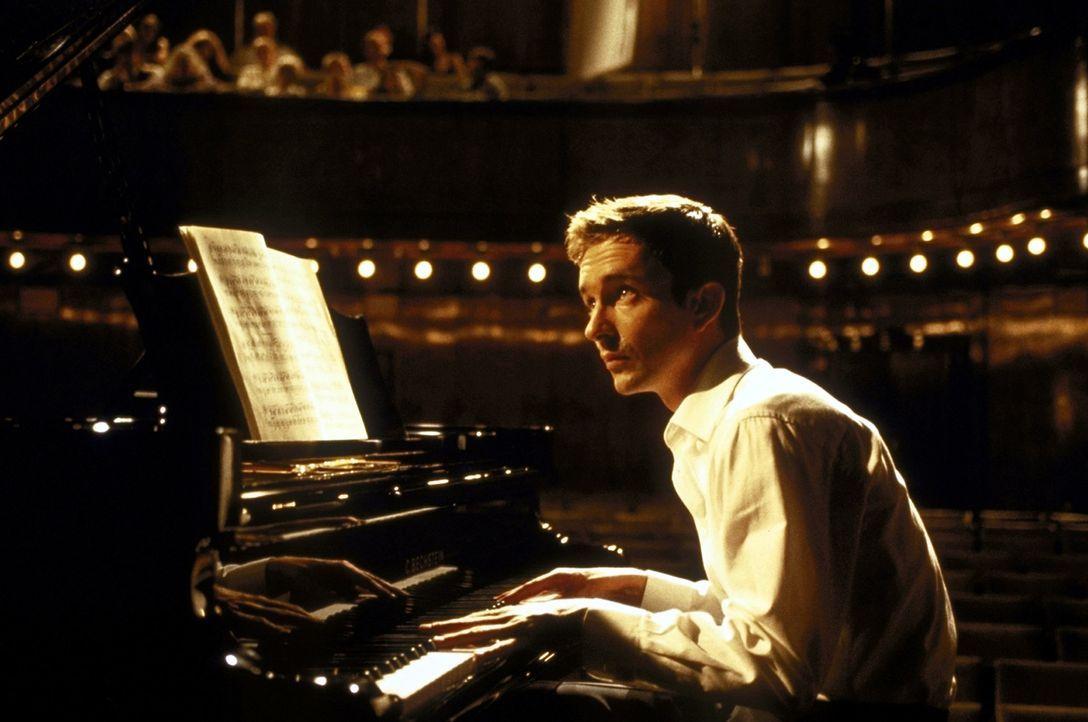 Seine Schüchternheit macht ihm schwer zu schaffen, doch dann verliert der sensible Pianist Alyoscha (Arnd Klawitter) sein Herz an die lebenslustige... - Bildquelle: ProSieben