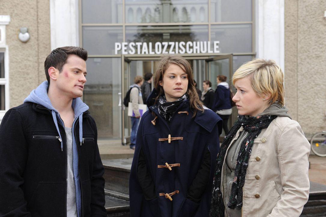 Timos Eifersucht erwacht, als er erfährt, dass Luzi zuletzt mit Ben gesehen wurde. Timo (Rocco Stark, l.), Jenny (Lucy Scherer, M.) und Emma (Kasia... - Bildquelle: SAT.1