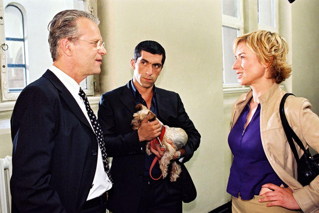 Eine Frau wurde ermordet aufgefunden. Eva Blond (Corinna Harfouch, r.) und Alyans (Erdal Yildiz, M.) befragen Richter Hanska (Peter Sattmann, l.) da... - Bildquelle: Sat.1