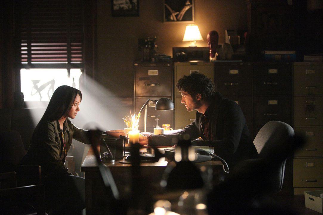 Shane (David Alpay, r.) vertraut Bonnie (Kat Graham, l.) ein Geheimnis an, welches Bonnie vollkommen die Kontrolle verlieren lässt ... - Bildquelle: Warner Brothers
