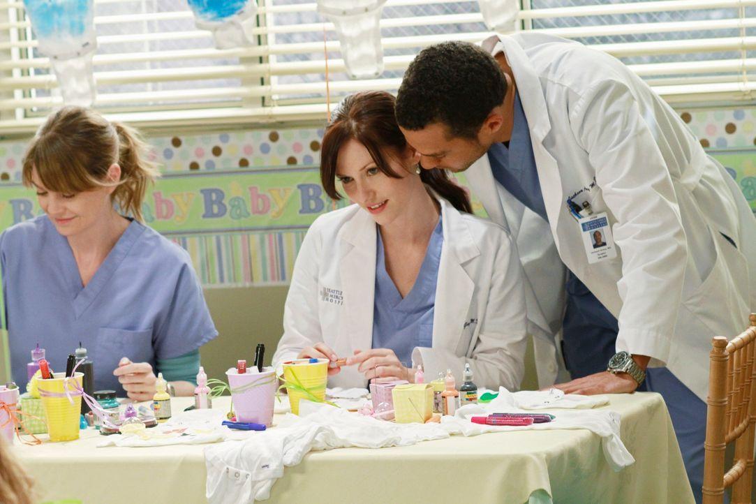 Während Chief Webber möchte, dass Derek und Meredith (Ellen Pompeo, l.) seine Frau Adele in die Alzheimer-Studie aufnehmen, können Lexie (Chyler Lei... - Bildquelle: ABC Studios