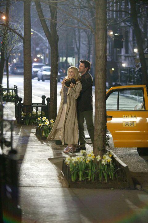 Überglücklich verbringt Carrie (Sarah Jessica Parker, l.) viele schöne Stunden mit ihrem Schriftsteller (Ron Livingston, r.). Doch ist er der Ric... - Bildquelle: Paramount Pictures