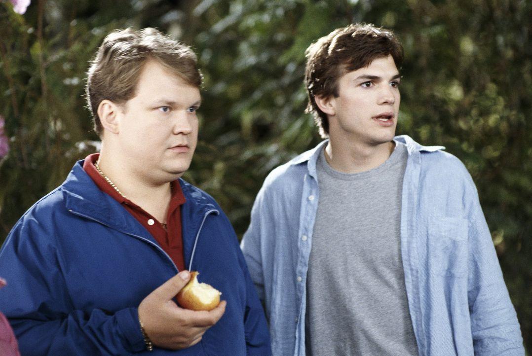 Toms (Ashton Kutcher, r.) Alptraum nimmt seinen Lauf, als Lisas zwielichtiger Bruder Red (Andy Richter, l.) nebst Auftragskiller auftaucht und sich... - Bildquelle: Falcom Media