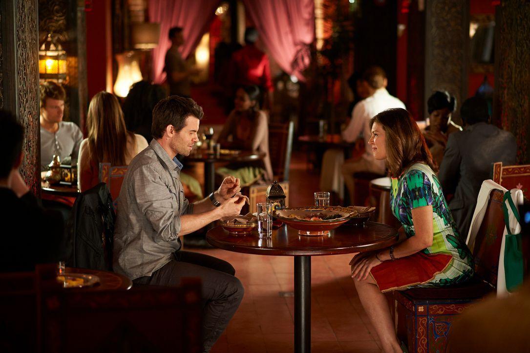 Mit allen Mitteln versucht Joel (Daniel Gillies, l.) Dana (Wendy Crewson, r.) für seine Sache zu gewinnen ... - Bildquelle: 2012  Hope Zee One Inc.