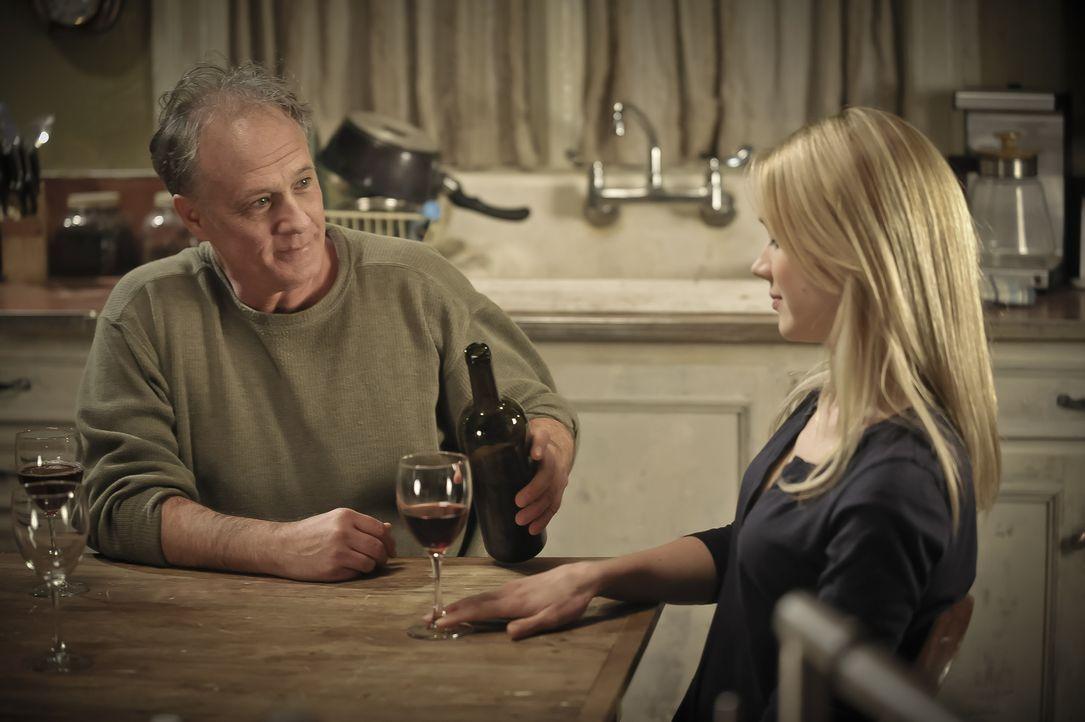 Josh beginnt, sich seinem Schicksal stellen, während Nora (Kristen Hager, r.) einen anderen Werwolf (Ron Lea, l.) kennenlernt ... - Bildquelle: Phillipe Bosse 2013 B.H. 2 Productions (Muse) Inc. ALL RIGHTS RESERVED.
