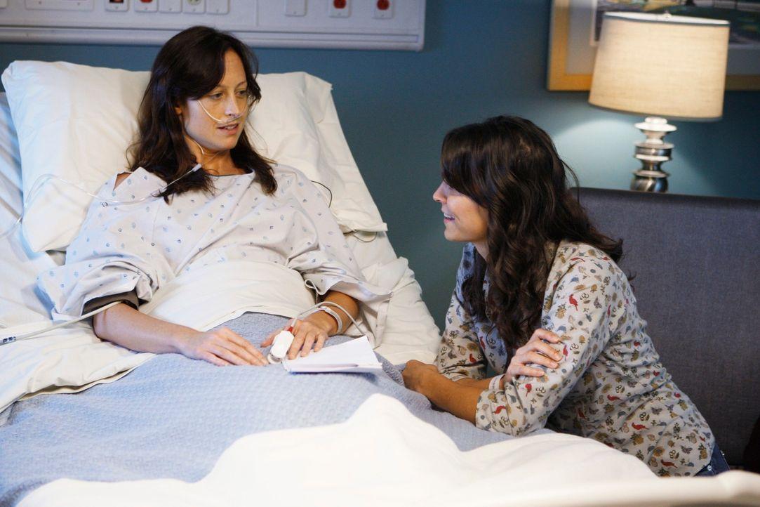 Nachdem bei Emily (Joey Honsa, r.) der HIV-Virus entdeckt wurde, ist nicht klar, ob sie ihrer todkranken Schwester Sarah (Alexie Gilmore, l.) eine N... - Bildquelle: ABC Studios