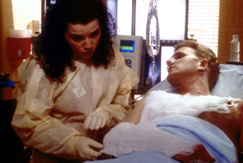 Rührend kümmert sich Hathaway (Julianna Margulies, l.) um Canterna (Michael Rapaport, r.), der nur noch wenige Stunden zu leben hat. - Bildquelle: TM+  2000 WARNER BROS.