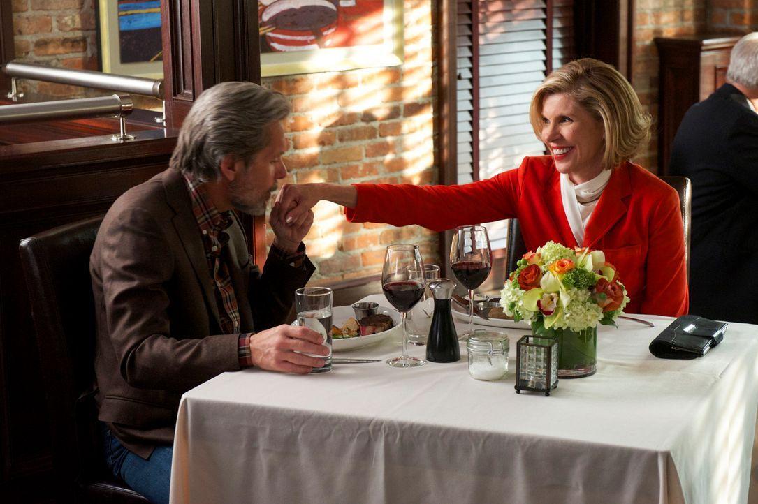 Nach einem beruflichen Rückschlag sucht Diane (Christine Baranski, r.) Zuflucht in der Beziehung mit Kurt (Gary Cole, l.) ... - Bildquelle: David M. Russell 2013 CBS Broadcasting Inc. All Rights Reserved.