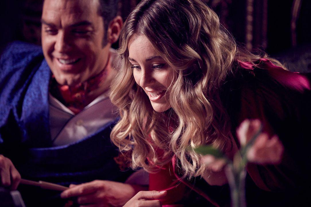 Wird ihre Liebschaft, für Königin Helena gefährlich werden? König Cyrus (Jake Maskall, l.) und Violet (Keeley Hazell, r.) ... - Bildquelle: 2015 E! Entertainment Media LLC/Lions Gate Television Inc.